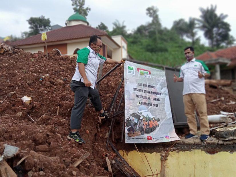 BEA Indonesia serahkan bantuan bagi korban bencana tanah longsor di Sumedang, Jawa Barat. (Foto: Istimewa)