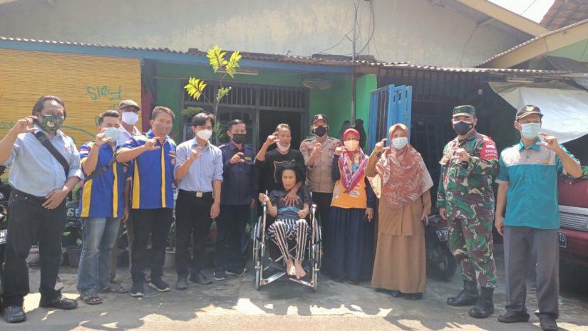 Penyandang disabilitas mendapat bantuan kursi roda. (Foto: WG)