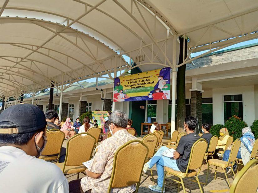 Masyarakat apresiasi kepada Alumni SMAN 42 Jakarta Timur terkait pelaksanaan vaksin gratis. (Foto: SG)