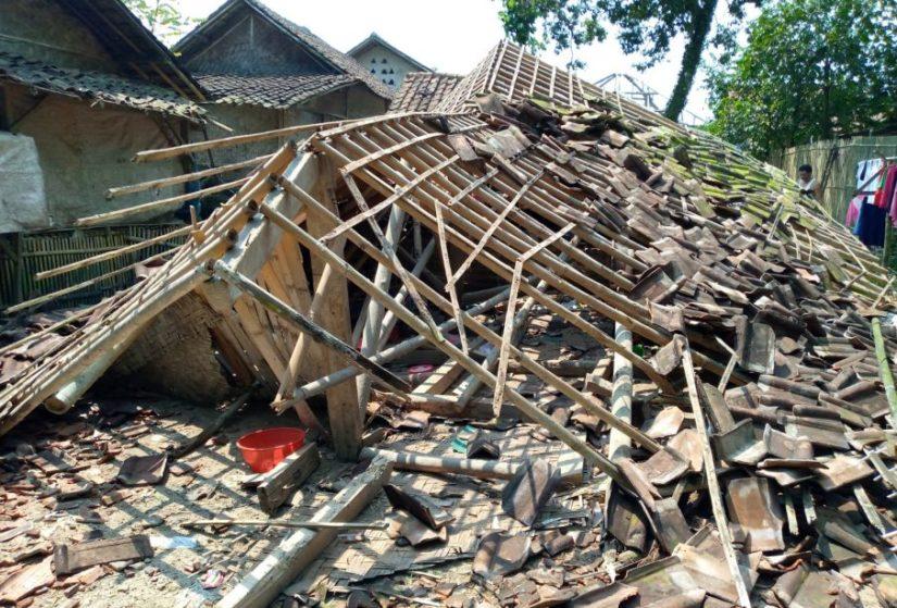 Kondisi rumah ambruk masih membutuhkan uluran tangan untuk bisa membangun kembali. (Foto: Istimewa)