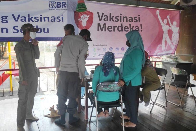 Ratusan peserta di vaksin. (Foto: Amin Hidayat)