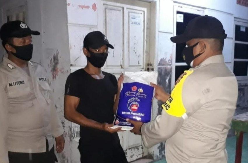 Polres Kep Seribu Bagikan Bansos kepada 30 KK